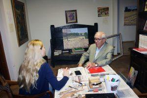 Durante la entrevista, en su casa taller.