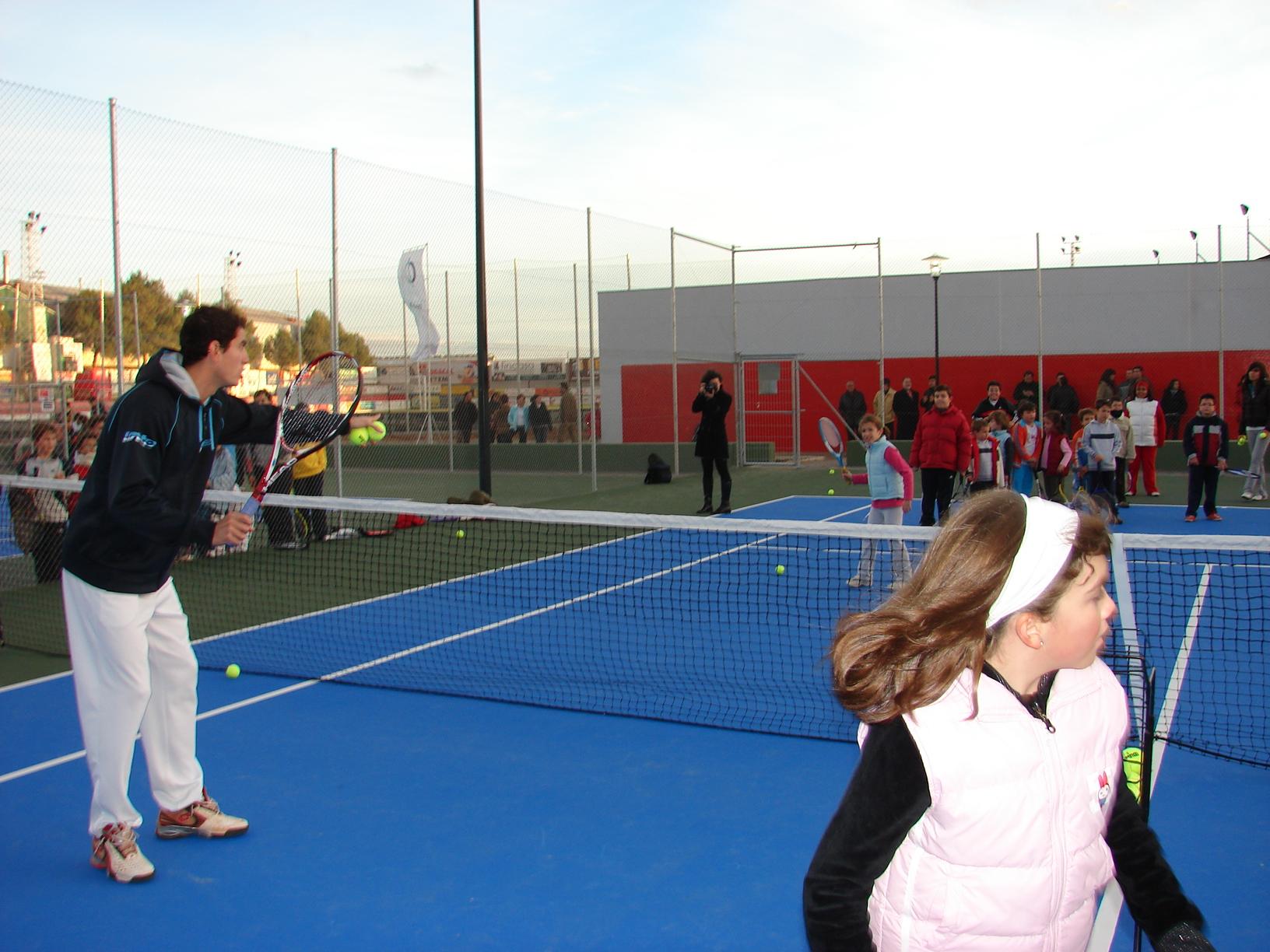 Guillermo Ofreciendo Algunos Consejos Al Alumnado De La Escuela De Tenis Rodense