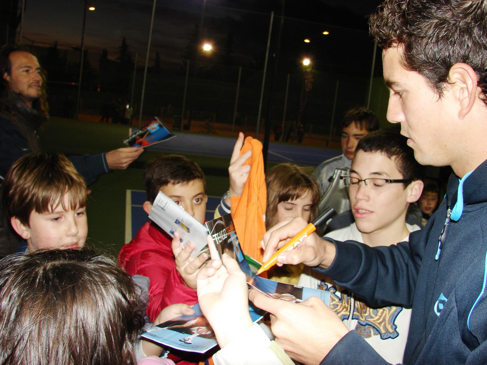 Firma De Autógrafos A Alumnado De La Escuela De Tenis De La Roda