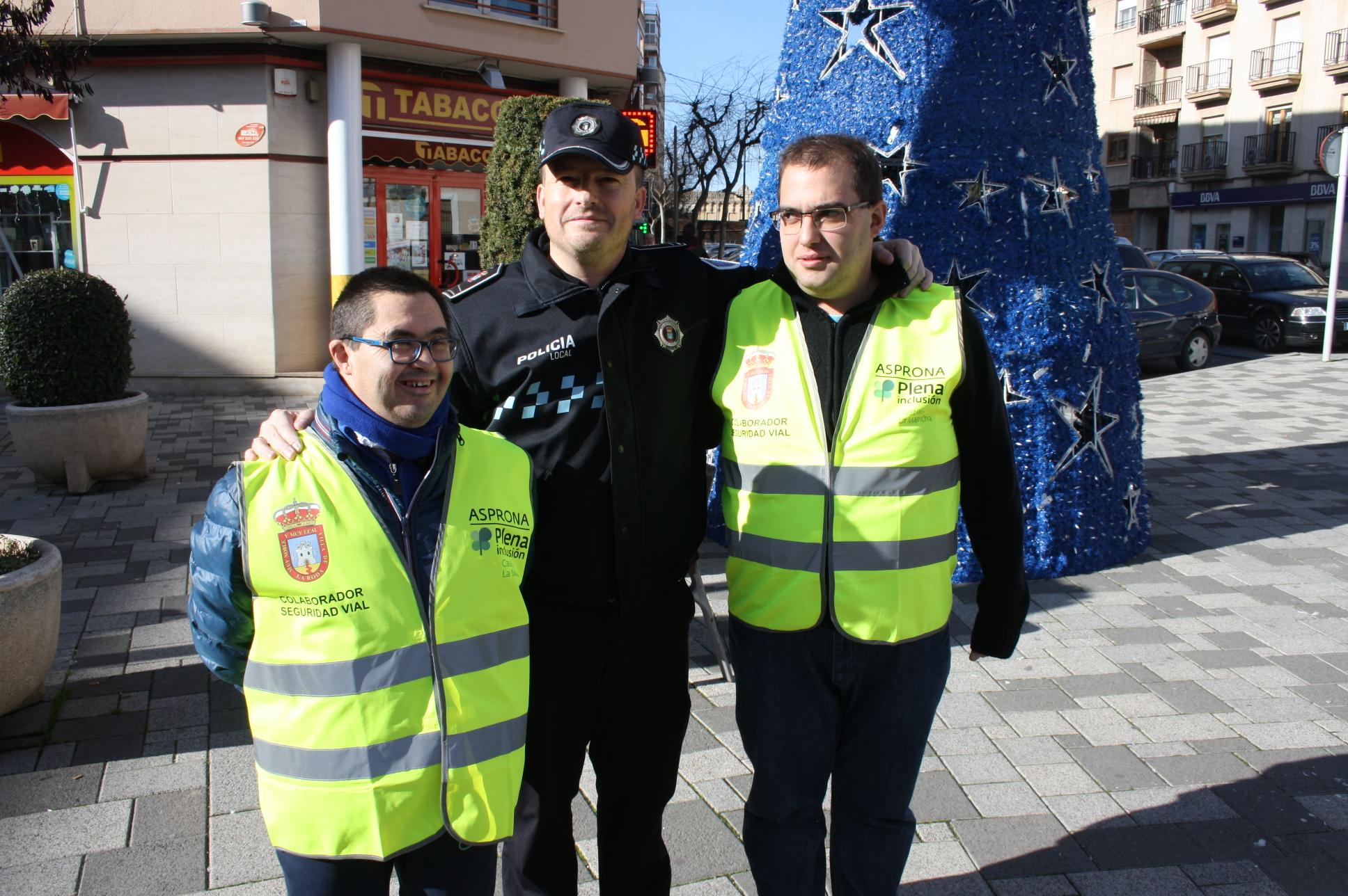 jefe-policia-con-dos-de-los-tres-usuarios-del-programa