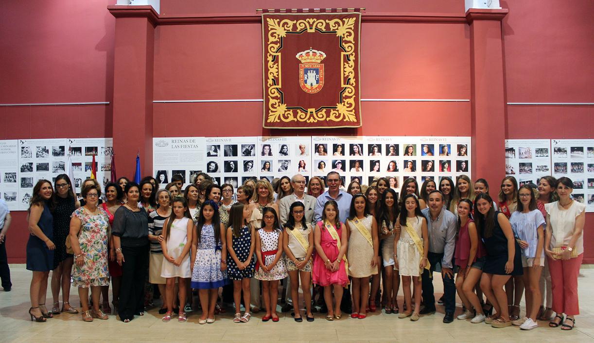 Foto Familia Con Reinas Y Damas 75 Aniv Pñ.