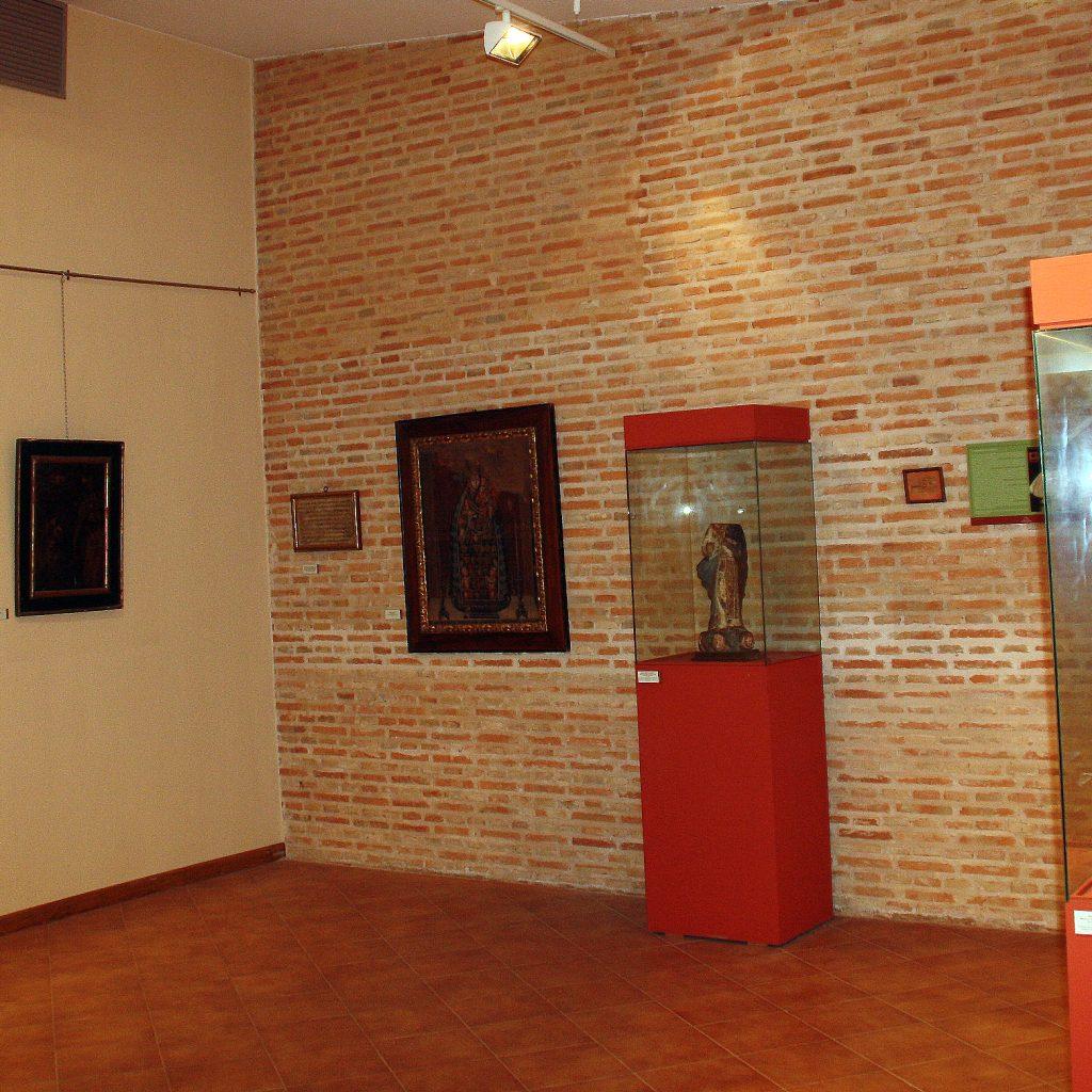 Sala De Arte Sacro. Talla De El Niño De La Bola A La Derecha De La Imagen