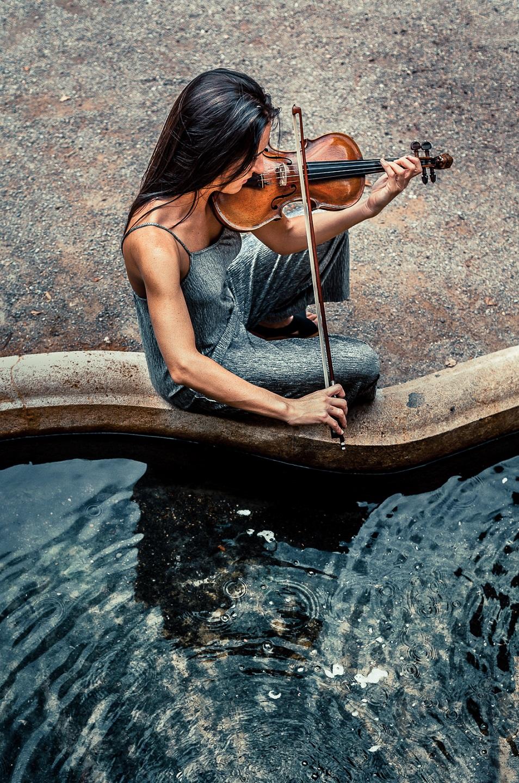 La Violinista Del Estanque