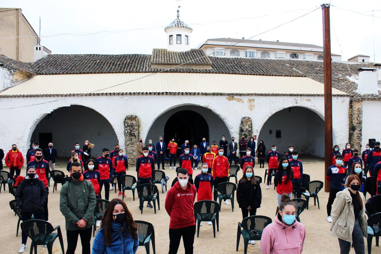 Juan Ramón Amores Recibe A Los Karatekas Concentrados En La Roda Este Fin De Semana